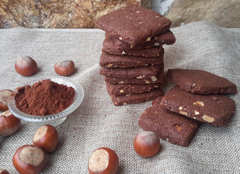 Biscotti caserecci. Biscotto vegano cacao nocciole
