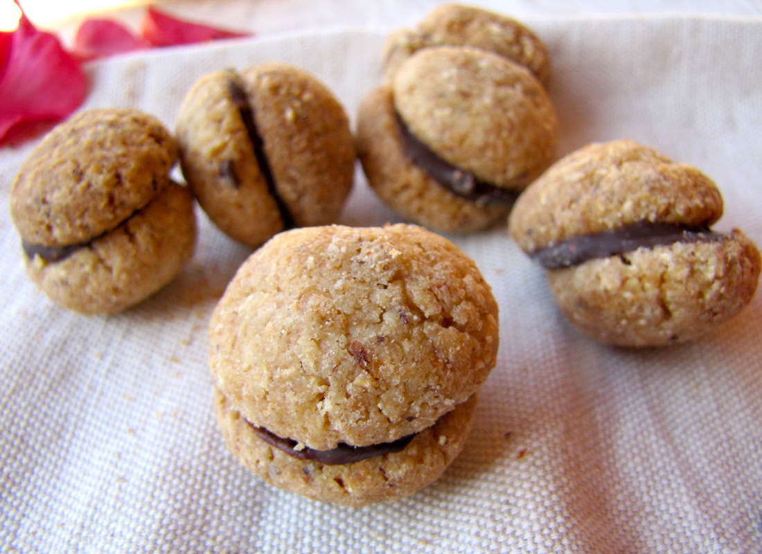 Biscotti caserecci. Baci di dama al cioccolato fondente